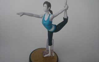 De Wii Fit Trainer doet de Yoga dance pose voor. Kan jij hem ook?