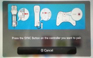 Synchroniseer de Wii U Remote Plus door tegelijk de rode SYNC knop op zowel de Wii U als de remote in te drukken.